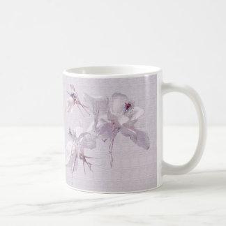 Taza del arte de las flores blancas
