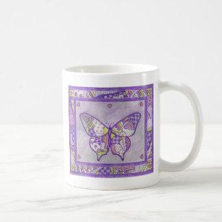 Taza del arte popular del edredón de la mariposa