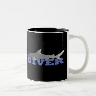 Taza del buceador del tiburón