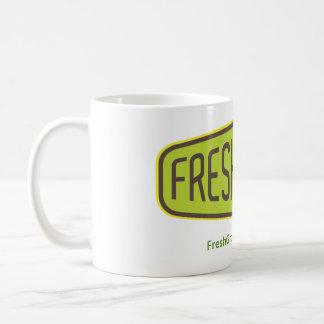 Taza del café con leche de FreshGround con el logo