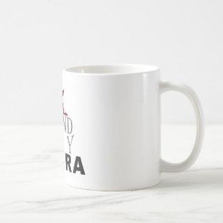 Taza del café con leche de la ópera de la ciudad