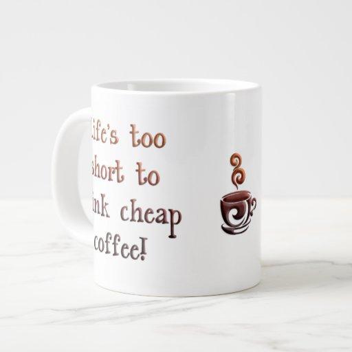 Taza del café demasiado corta de la vida taza grande