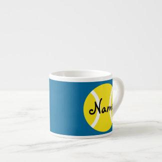Taza del café express con la pelota de tenis adapt