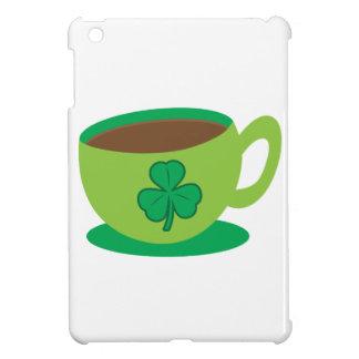 TAZA del café irlandés con un trébol
