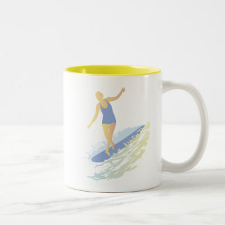 Taza del chica de la persona que practica surf