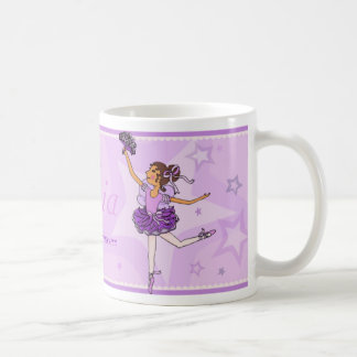 Taza del chica del pelo púrpura y oscuro de la pri