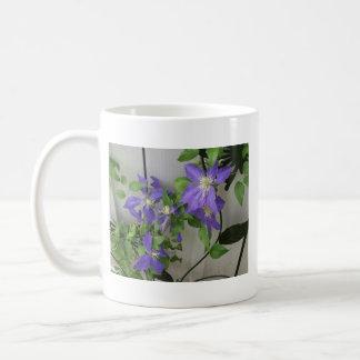Taza del Clematis púrpura