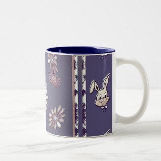 Taza del conejito de la flor de Pascua