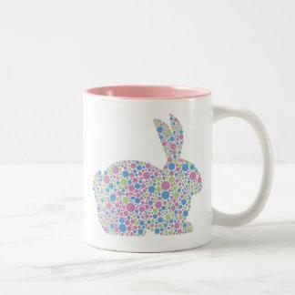 Taza del conejo de conejito de los lunares
