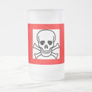taza del cráneo y de cerveza de los huesos