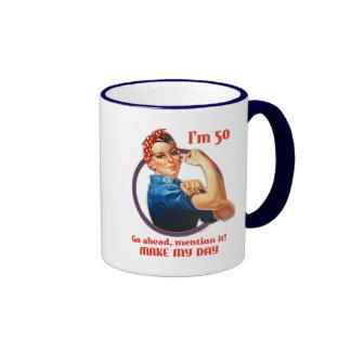 Taza del cumpleaños del remachador de Rosie 50.a