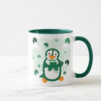 Taza del día de St Patrick del pingüino de Patrick