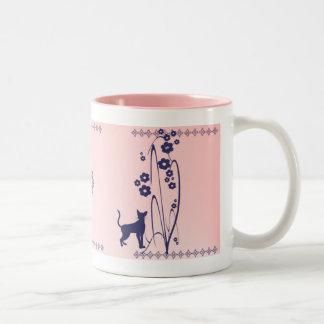 Taza del diseño del gatito de las flores N de la o