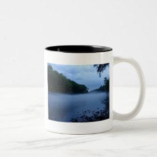 Taza del Dos-Tono - niebla del río Chattahoochee