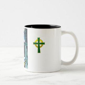 taza del Dos-tono que ofrece la insignia de Mcinty