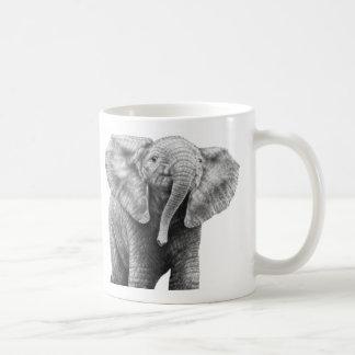 Taza del elefante africano del bebé