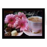 Taza del feliz cumpleaños de té, de flores y de felicitaciones