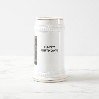 taza del feliz cumpleaños del leprechaun