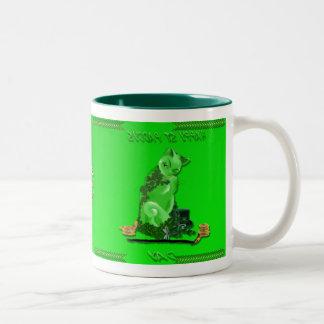 Taza del gatito del día del arroz feliz verde del