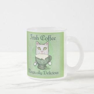 Taza del gato del café irlandés del día de St Patr