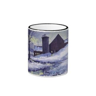 Taza del granero de la nieve de la tarde