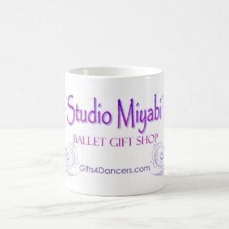 Taza del logotipo de Miyabi del estudio