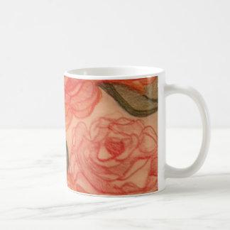Taza del modelo de los rosas de la col