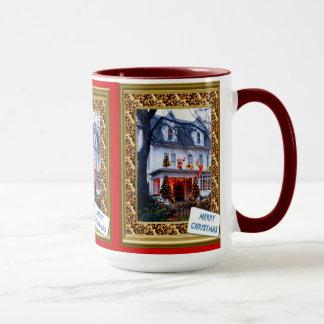 Taza del navidad, casa adornada