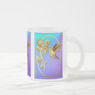 Taza del óvalo del colibrí del oro