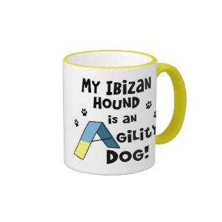 Taza del perro de la agilidad del perro de Ibizan