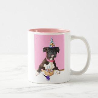 Taza del perro del boxeador del feliz cumpleaños