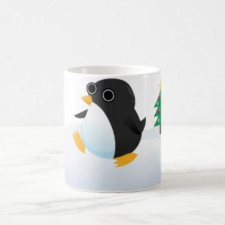 Taza del pingüino el mirar fijamente