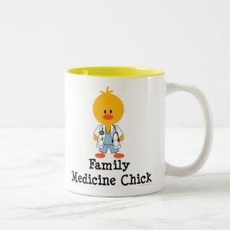 Taza del polluelo de la medicina de familia