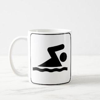 Taza del símbolo de la nadada