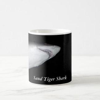Taza del tiburón de tigre de arena