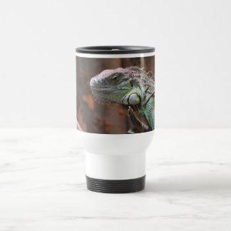 Taza del viaje con el lagarto colorido de la iguan