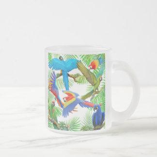 Taza del vidrio esmerilado de la selva del Macaw