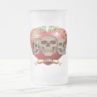 Taza del vidrio esmerilado de tres cráneos
