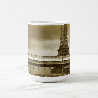 Taza del vintage de la torre Eiffel