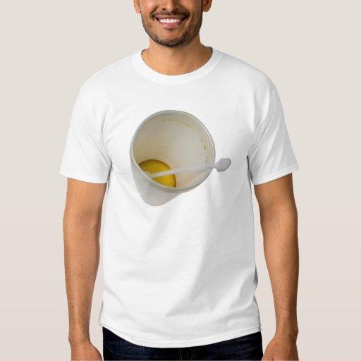 Taza disponible con un poco de café camisas