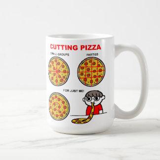 Taza divertida de la pizza del corte