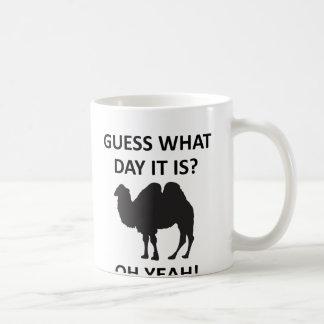 Taza divertida de miércoles del camello del día de
