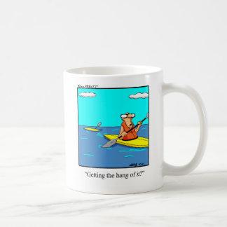 Taza divertida del dibujo animado del kajak