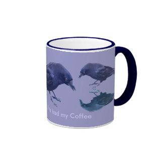 Taza divertida del diseño del cuervo del Corvidae