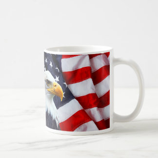 Taza Eagle calvo norteamericano en bandera
