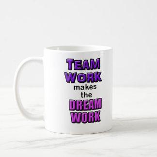 """¡Taza - el """"trabajo en equipo hace el Dreamwork! """" Taza Básica Blanca"""