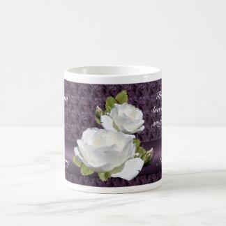 Taza elegante de los rosas blancos del aniversario