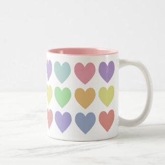 Taza en colores pastel de los corazones