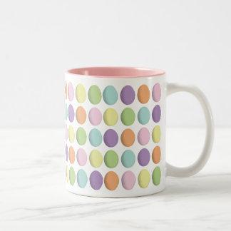 Taza en colores pastel de los huevos