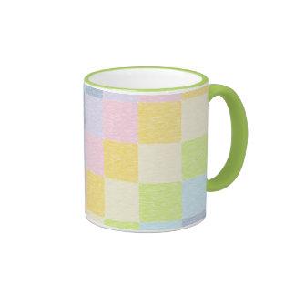 Taza en colores pastel del arco iris del remiendo